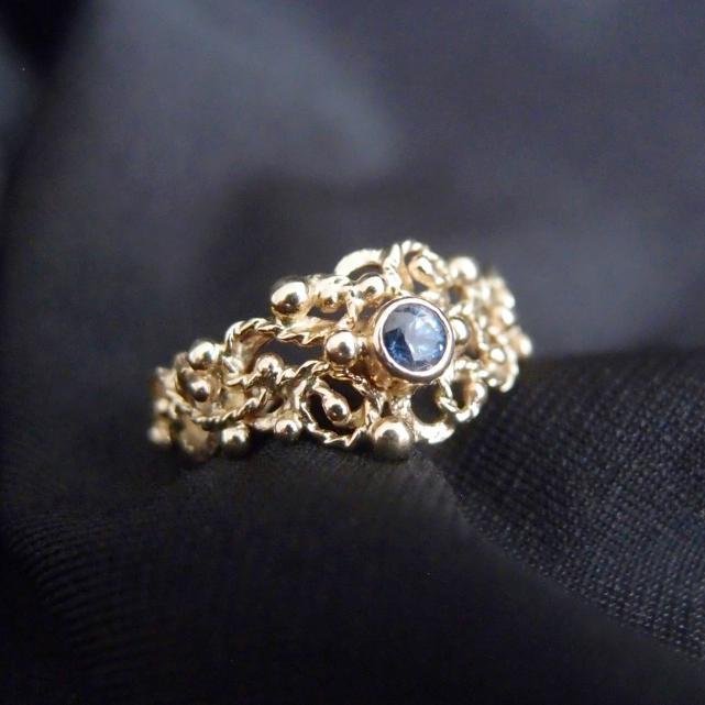 Romantyczny złoty pierścionek z szafirem