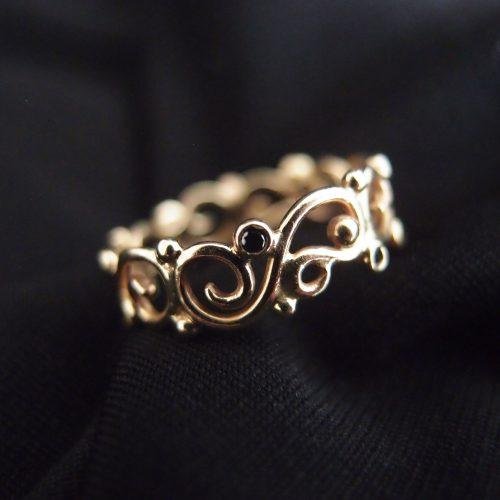 romantyczna koronkowa obrączka z diamentami