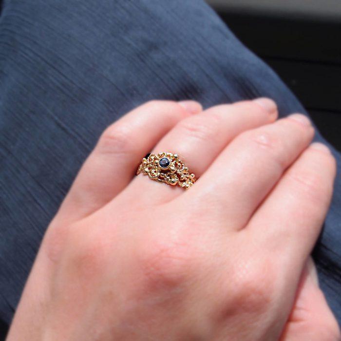 Organiczny pierścionek zaręczynowy z niebieskim szafirem od Lookrecya