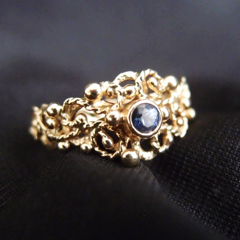 organiczny złoty pierścionek z szafirem
