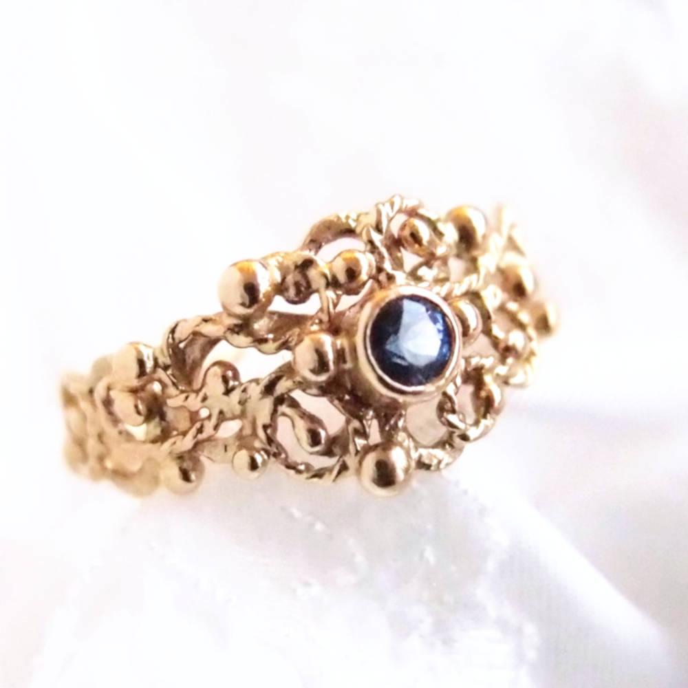 Koronkowy złoty pierścionek zareczynowy z szafirem by Lookrecyaeczynowy z szafirem
