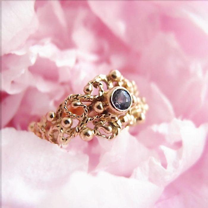 romantyczny złoty pierścionek z niebieskim szafirem od Lookrecya