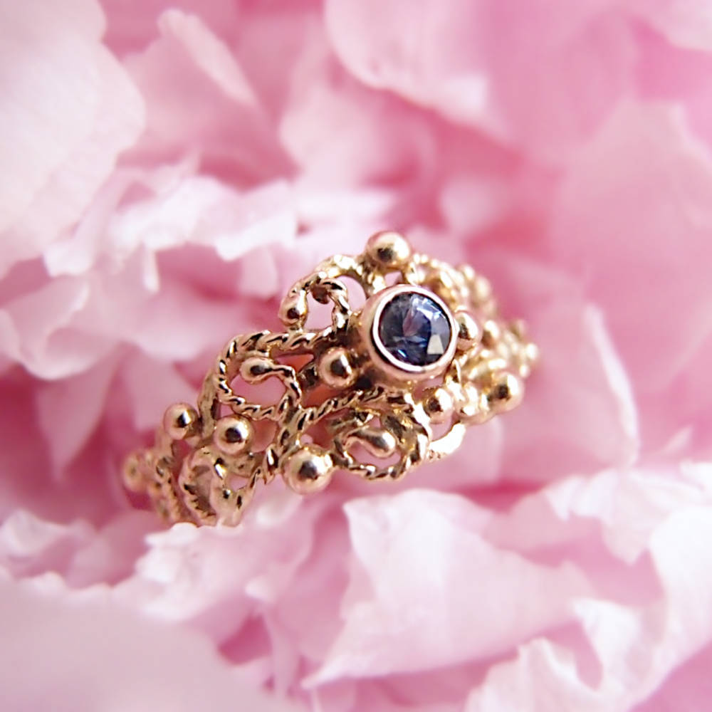 Koronkowy złoty pierścionek z niebieskim szafirem od Lookrecya