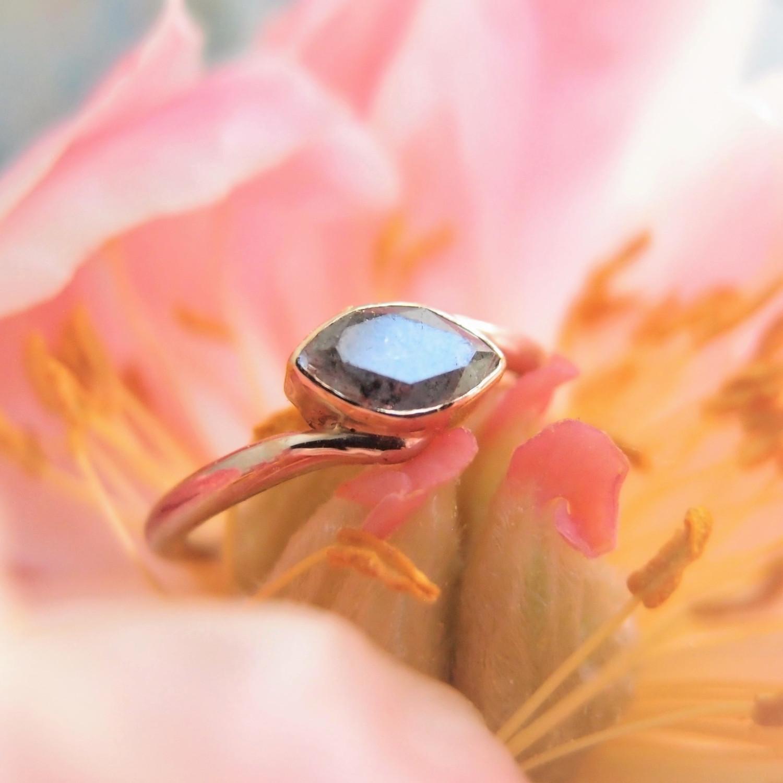 zaręczynowy pierścionekz diamentem sól z pieprzem