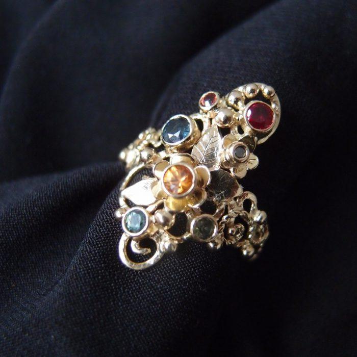 inspirowany secesją pierścionek z szafirami