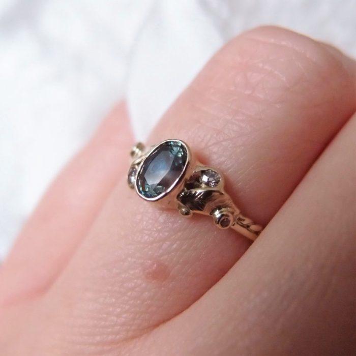 Botaniczny pierścionek zaręczynowy z szafirem
