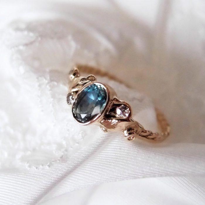 Romantyczny pierścionek zaręczynowy z morskim kamieniem