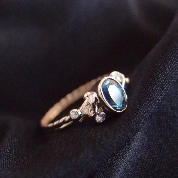 Złoty pierścionek z morskim szafirem i diamentami od Lookrecya