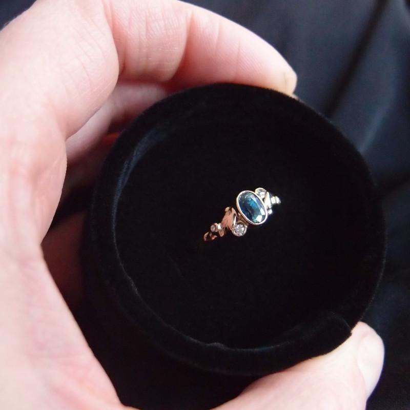 Zaręczynowy pierścionek z szafirem i diamentami