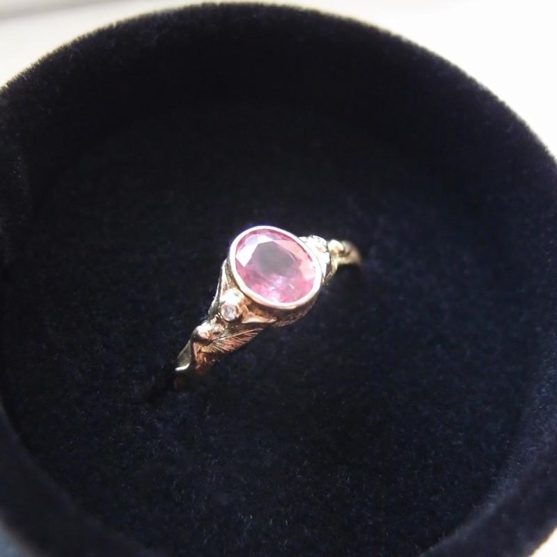 Oryginalny złoty pierścionek zareczynowy z różowym szafirem