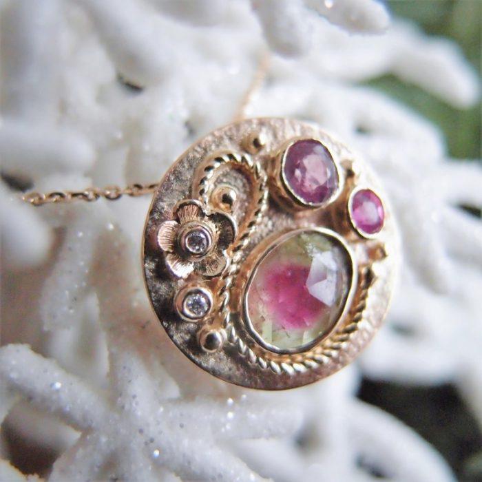 romantyczny złoty medalion