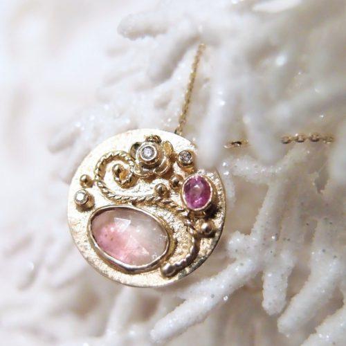 unikatowy medalion z kamieniami szlachetnymi