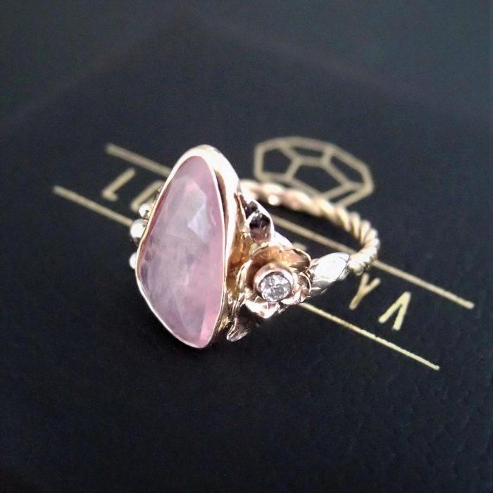 artystyczny pierścionek z turmalinem i kwiatem