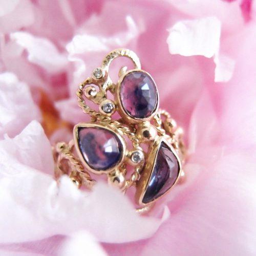 oryginalny złoty pierścionek z fantazyjnymi szafirami