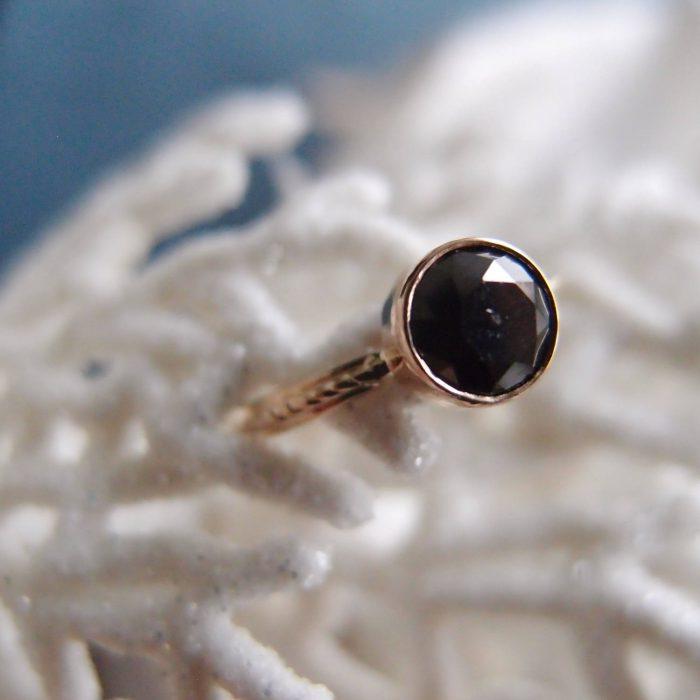 Zloty pierścionek z czarnym diamentem od Lookrecya