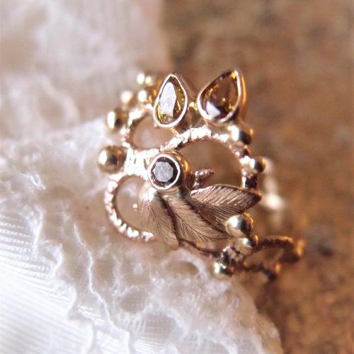 Ażurowy złoty pierścionek z