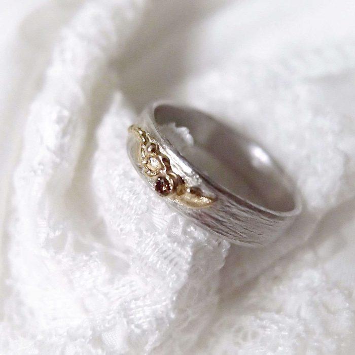 Srebrna obrączka z brązowym diamentem i złotym listkiem