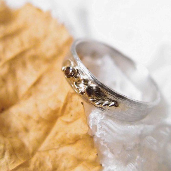 Srebrna obrączka ze złotym motywem roślinnym i diamentem