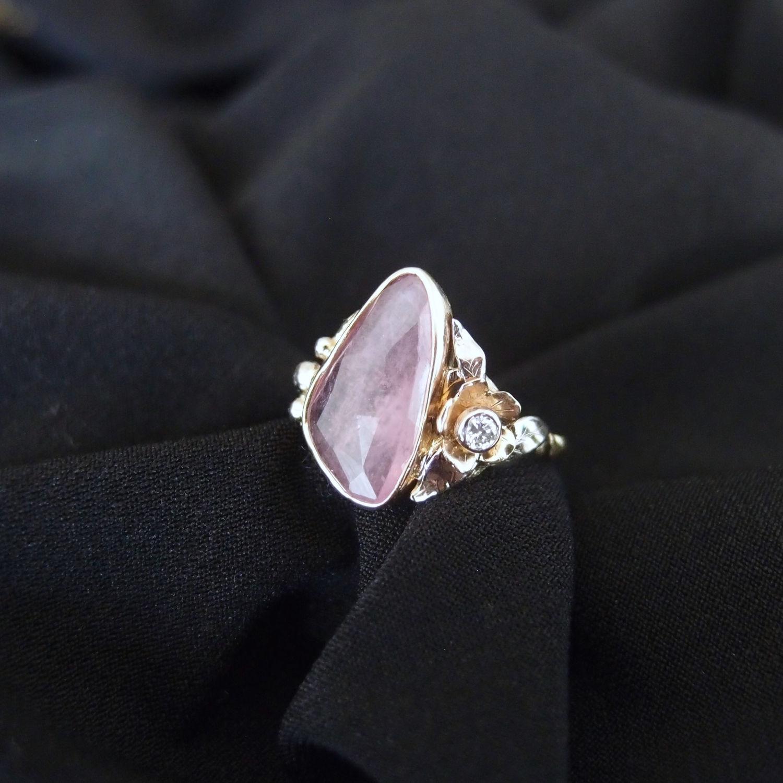 Oryginalny złoty pierścionek z turmalinem i kwiatem
