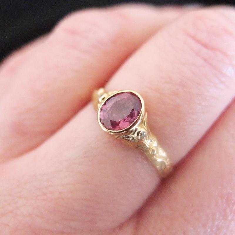 Złoty pierścień z różowym szafirem i diamentami