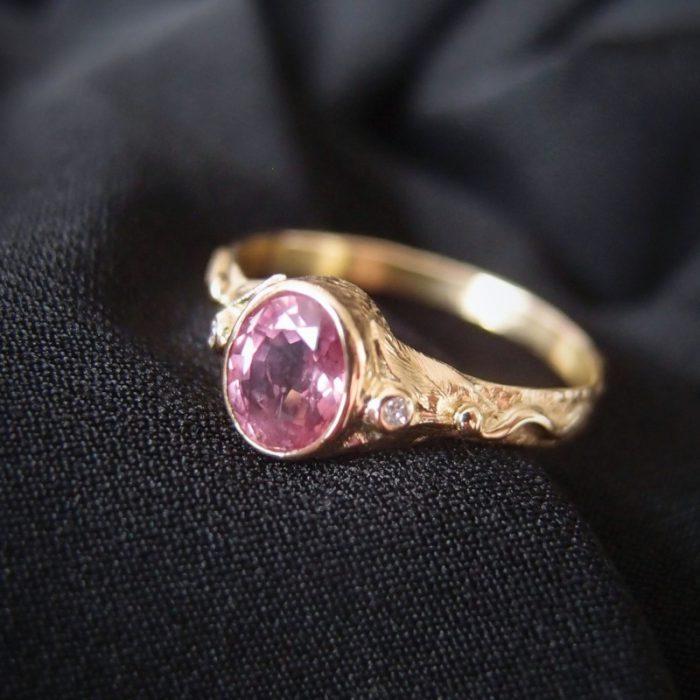 Unikatowy złoty pierścionek zaręczynowy z różowym szafirem od Lookrecya