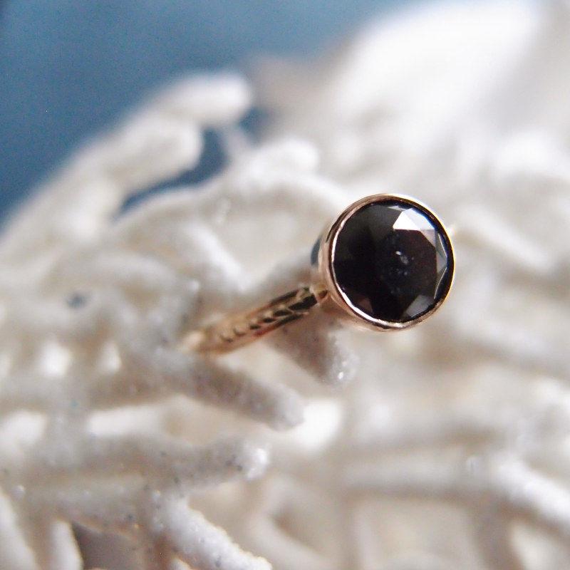 Prosty pierścionek z czarnym diamentem od Lookrecya