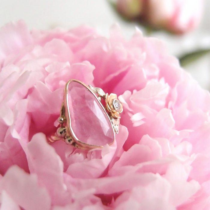 Romantyczny pierścioenk ze złota z brylantowym kwiatem