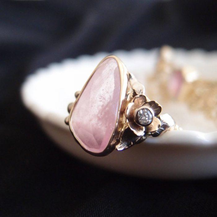 Kobiecy złoty pierścionek z różowym kamieniem i kwiatem