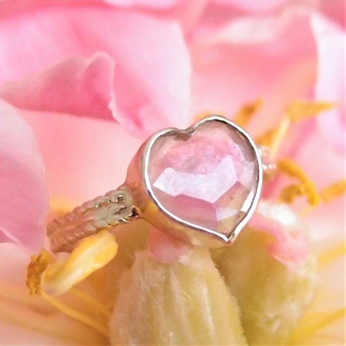 Złoty pierścionek z sercem z turmalinu od Lookrecya