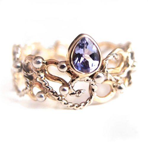 Ażurowy złoty pierścionek z tanzanitem od Lookrecya