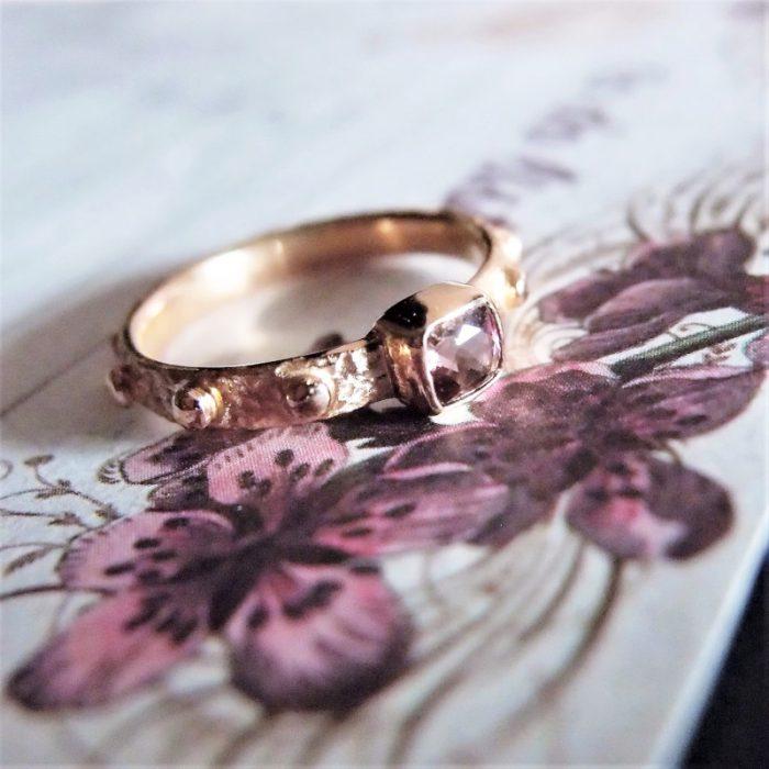 zloty pierscionek na palec z różowym turmalinem o Lookrecya