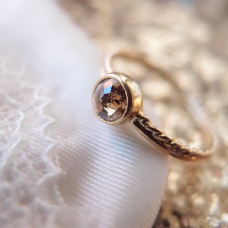 prosty pierscionek z diamentem, nowoczesny pierscionek zareczynowy, oryginalny pierscionek zareczynowy, pierscionek dla marzycielki, pierscionek dla artystki- a ring for a dreamer