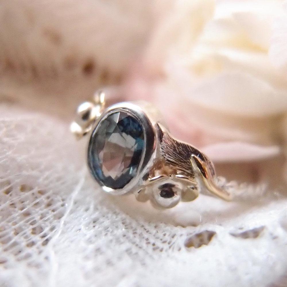 Botaniczny pierścionek z niebieskim szafirem od Lookrecya