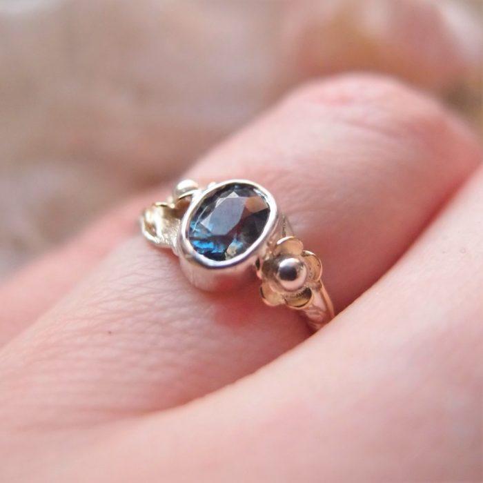 Delikatny pierścionek z kwiatami i szafirem od Lookrecya