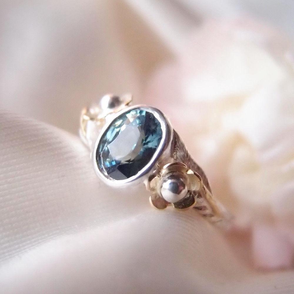 Kwiatowy pierścionek zaręczynowy z szafirem od Lookrecya