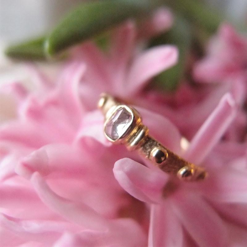 Złoty pierścionek z różowym diamentem. Autorski różaniec z pracowni Lookrecya
