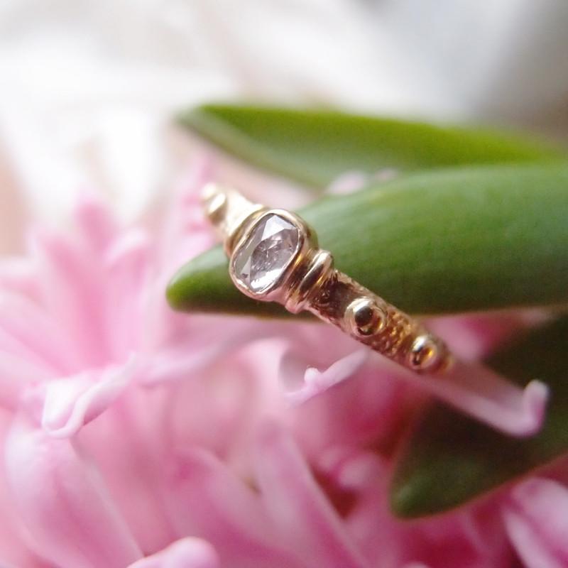 Autorski złoty różaniec na palec. Pierścionek z różowym diamentem z pracowni Lookrecya