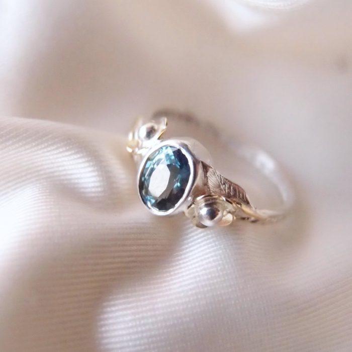 Kobiecy pierścionek zaręczynowy z szafirem i kwiatami