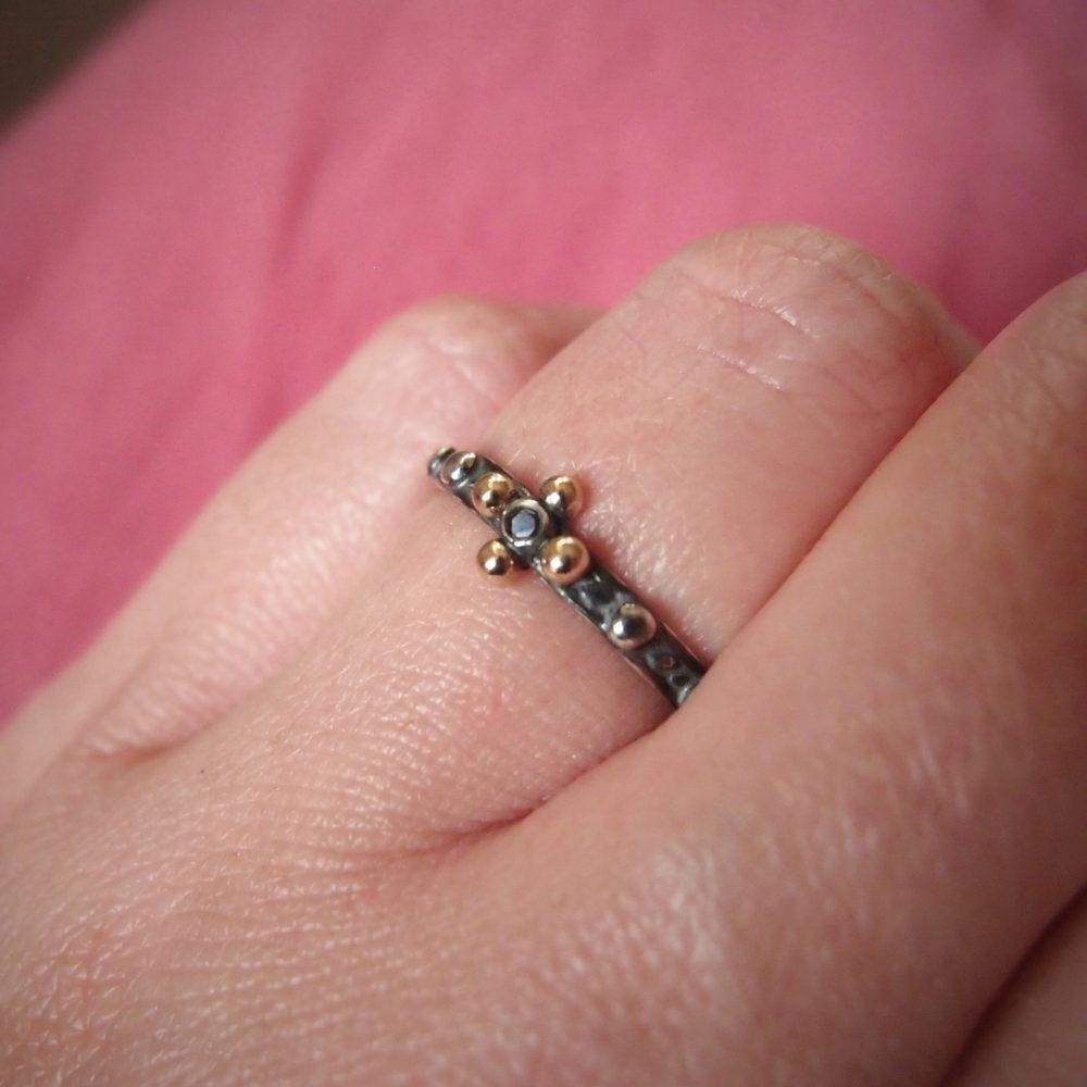 Prosty pierścionek różaniec na palec ze złotem