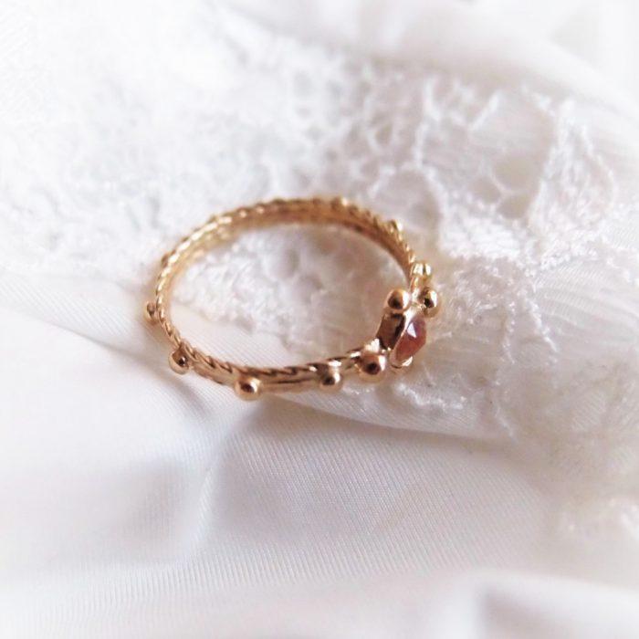 Romantyczny pierścionek różaniec ze złota