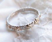 Delikatny pierścionek różaniec z maleńkimi brylantami