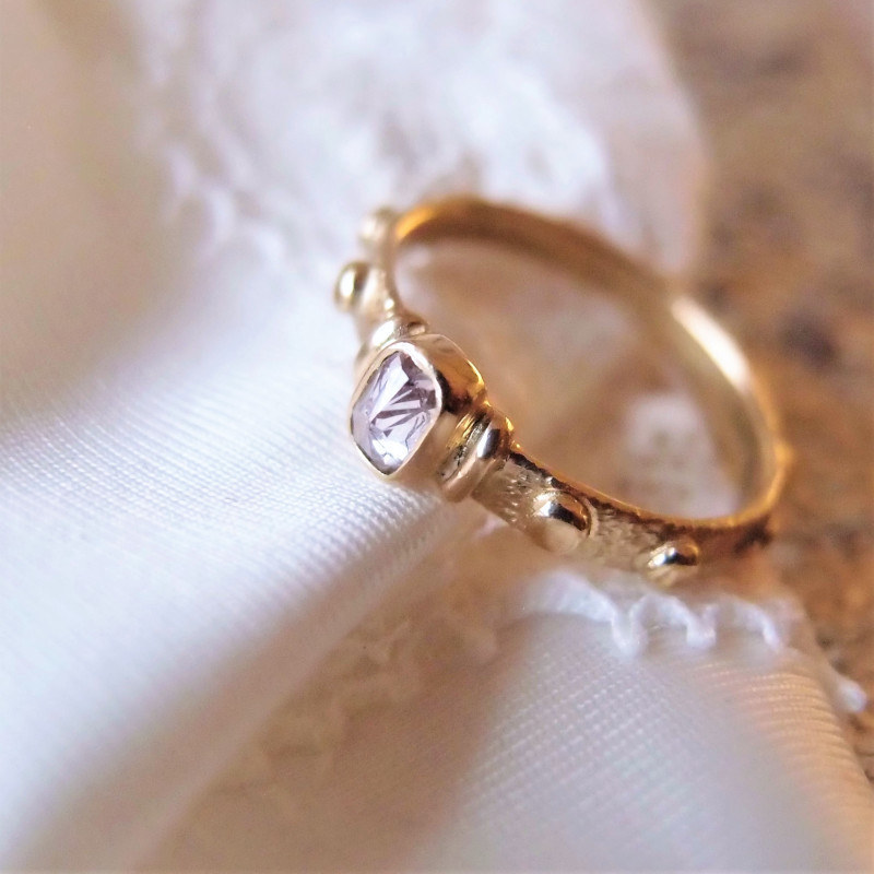 Pierścionek z różowym diamentem z pracowni Lookrecya. Złoty różaniec na palec