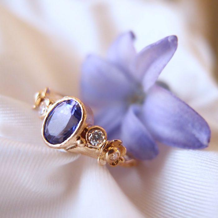 Oryginalny pierścionek z tanzanitem i kwiatami