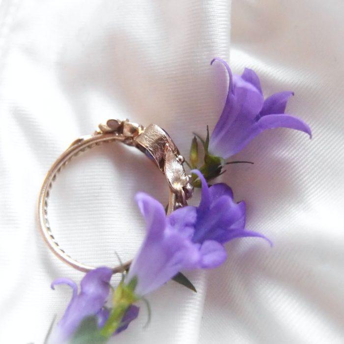 Romantyczny złoty pierścionek z listkami