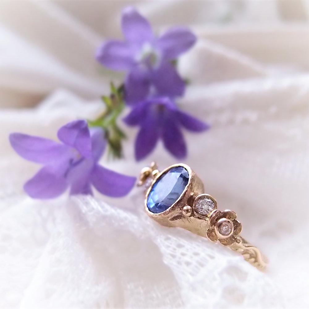 Złoty pierścionek z dużym owalnym tanzanitem