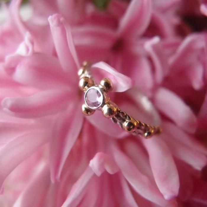 Różowy pierścionek różaniec ze złotem