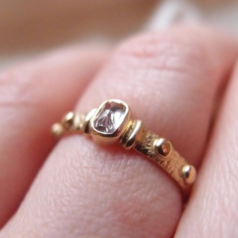 Złoty różaniec na palec z różowym diamentem