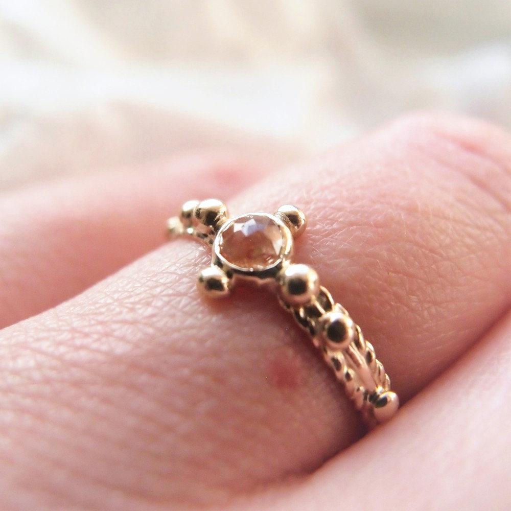 Złoty różaniec na palec z brzoskwiniowym diamentem