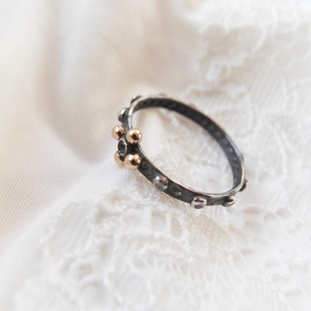 Prosty pierścionek różaniec z ciemnego srebra z czarnym diamentem