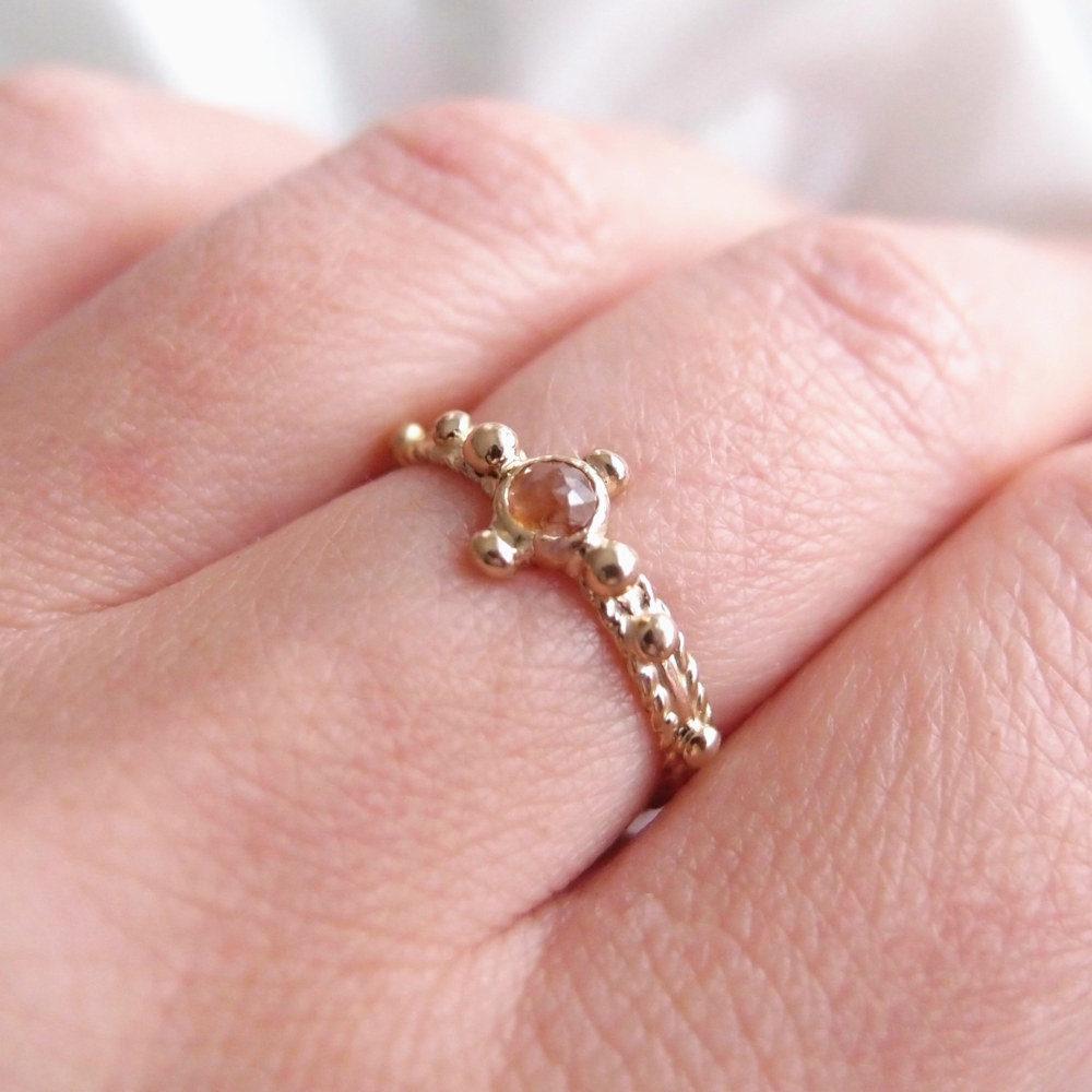 Złoty różaniec z diamentem na palcu
